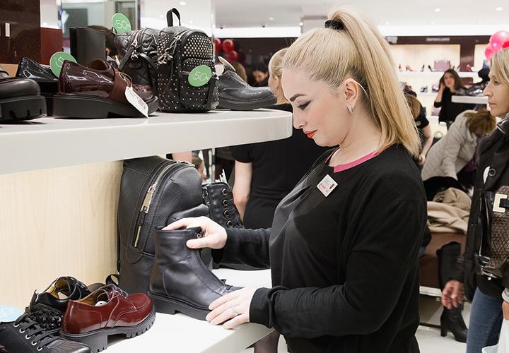 9673af4fb За пределами торгового зала вы обращаете внимание на обувь, которую люди  носят? Привычка обращать внимание на обувь – это своеобразная  профессиональная ...